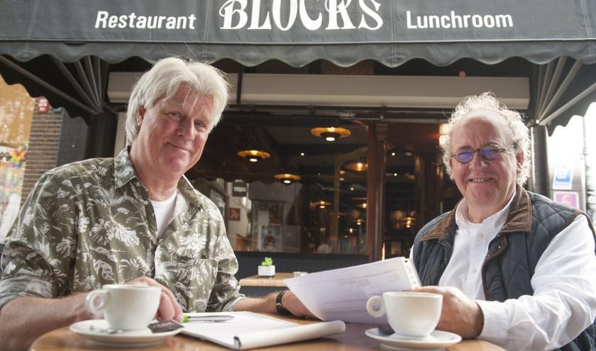 John Kuyer (links) en Menno Beijer nemen nog wat zaken voor Open Ton door op het terras van Blocks. (foto Eva Posthuma)