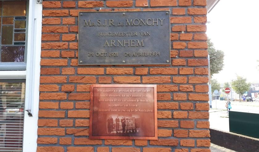 De oorspronkelijke plaquette uit 1936 en een informatiebord over het De Monchy-monument.