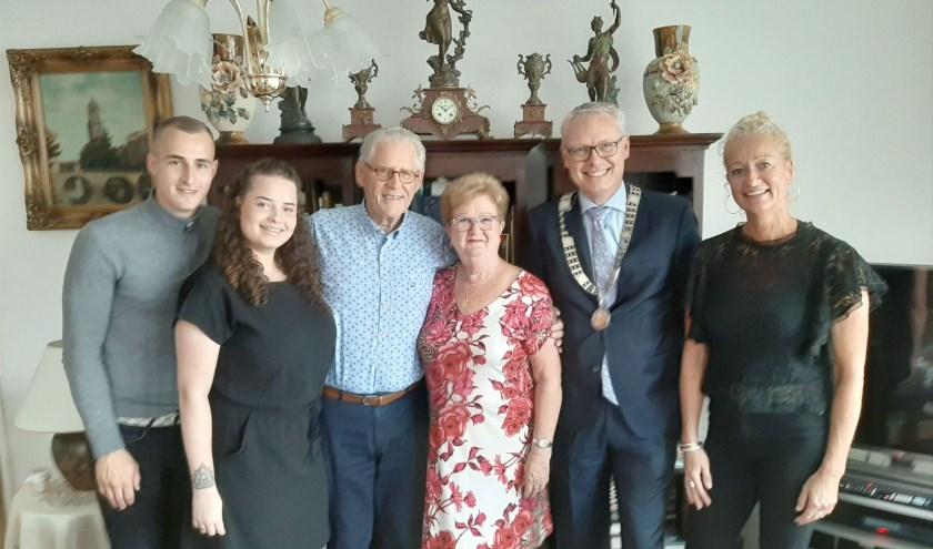 Het gouden echtpaar Vega werd, in bijzijn van dochter Anita (rechts) en kleindochter Lois met vriend Kevin, gefeliciteerd door locoburgemeester Bekker. (Foto: Rinus Verweij)
