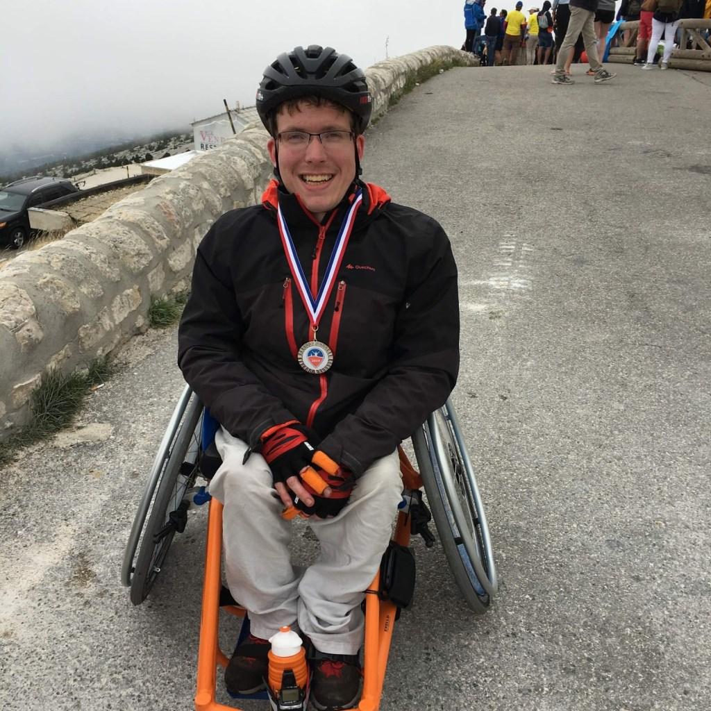 Tim haalde de finish en ontving daarvoor een medaille.   © DPG Media