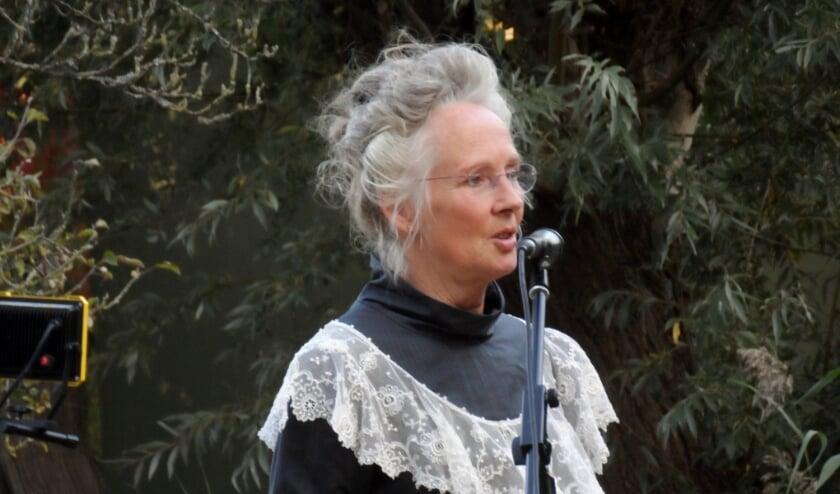 Mede initiatiefneemster van het Augusta Peaux-festival Lesley Sandford kroop vorig jaar in de huid van de dichteres. Foto: Joop van der Hor
