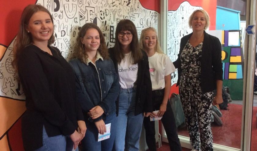 van links naar rechts Lena Gemmink, Femie Elferink, Sophie Berens, Puck Vriens en wethouder Janine Kock