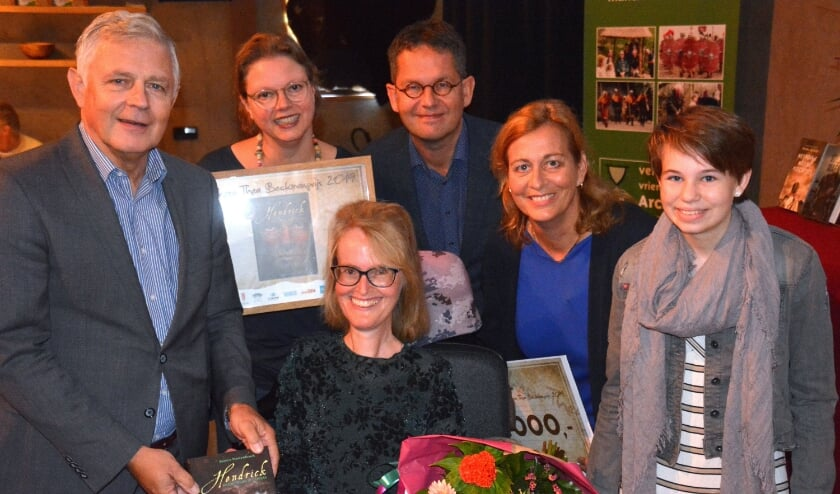 Archeon Thea Beckmanprijs en Jonge Beckmanprijs winnaar 2019 Bianca Mastenbroek met haar boek. Foto: Museumpark Archeon. </p>