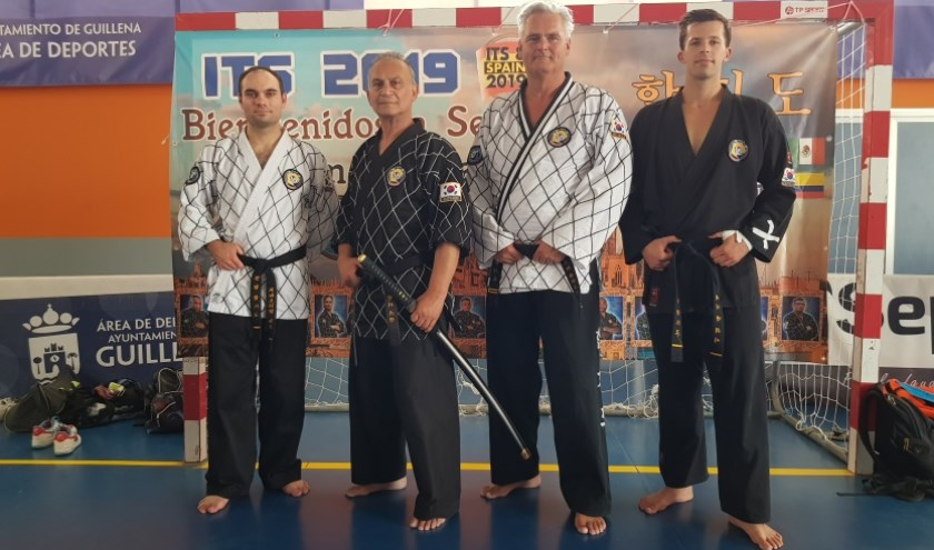 Henrie Ceulen (tweede van links) geassisteerd door zijn team leden  Andre Slagboom: 2e Dan, Bastiaan van Vive: 1e Dan en Kenny van Schie: 1e Dan.