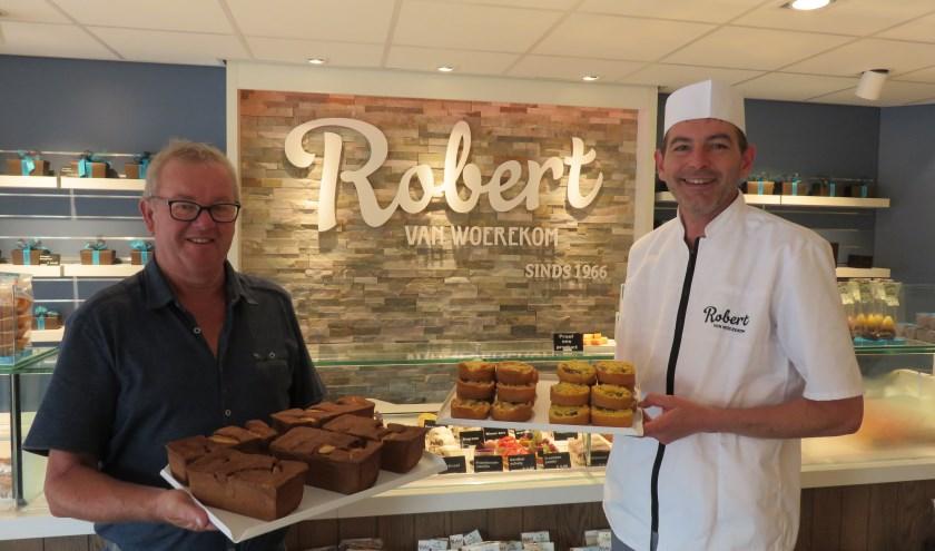 Gert Adams (links) met de Mooi Leven Huis-'stenen' en Robert van Woerekom met de Bennekomse Oogstkoeken. De ambachtelijke producten zijn ook in de kramen op het oogstfeest verkrijgbaar.