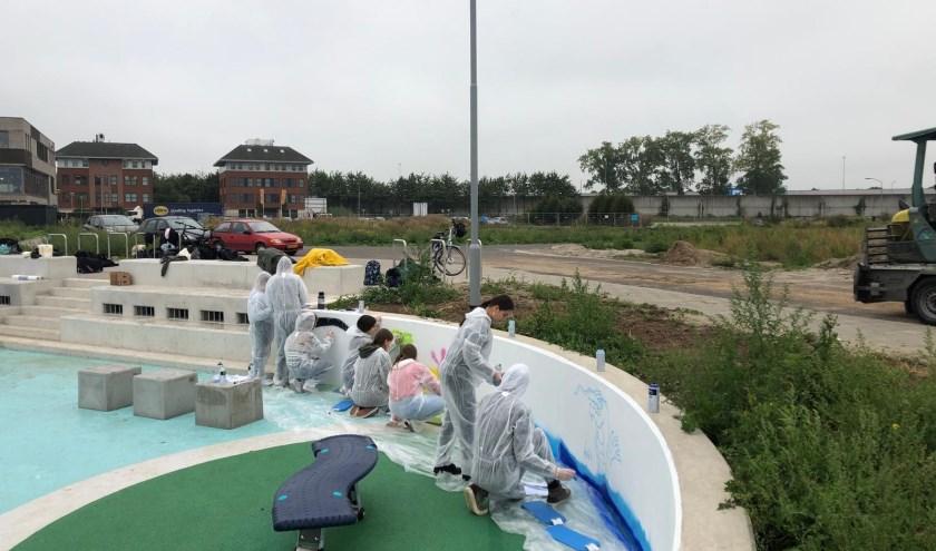 De betonnen muur rondom het Waterplein krijgt een lekker kleurtje dankzij de leerlingen van de art-klas van het Cambium en ontwerper en graffiti artist Jeroen Vromans.