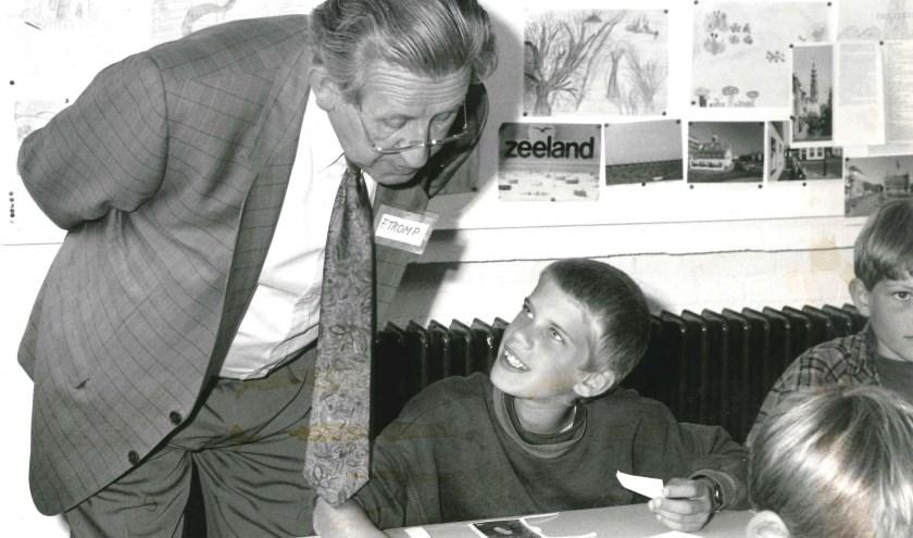 Frans Tromp als raadslid op bezoek bij een basisschool, september 1993.