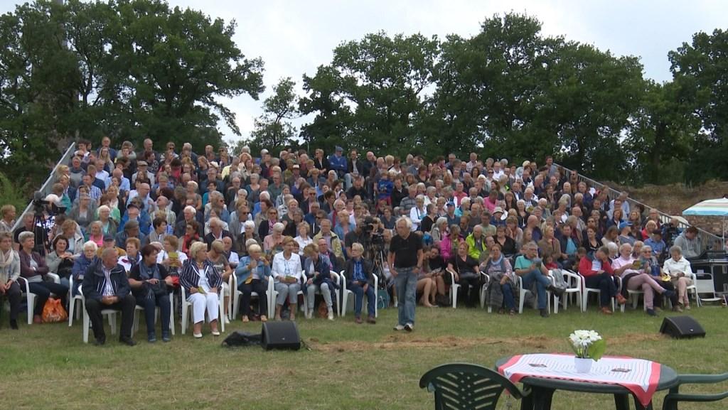 Op de voorgrond (in het midden) Jan van de Bovenkamp. Het publiek kijkt toe. (Foto Jos Kruisbergen)  © DPG Media