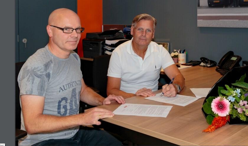 TIB-directeur Savio Strik (rechts) en Anne Marsman namens atletiekvereniging ACO van Elderen.