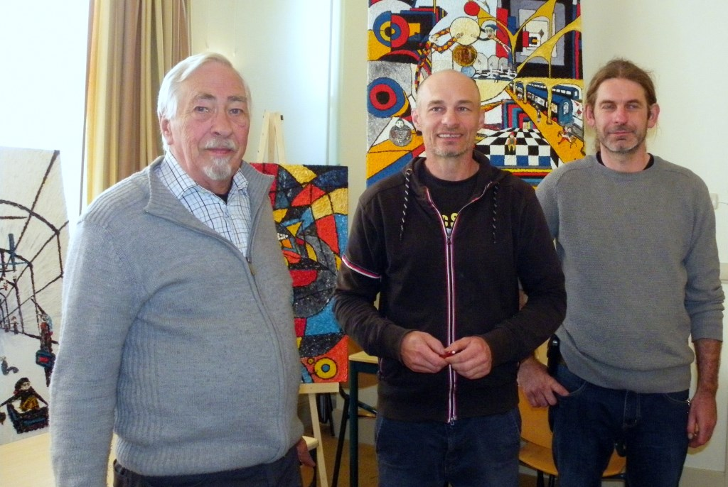 Roland Jaap van der Straaten helpt graag mensen, zoals de Poolse kunstenaar Dziki (midden) vergezeld door vriend Zulus.  Foto: Morvenna Goudkade  © DPG Media