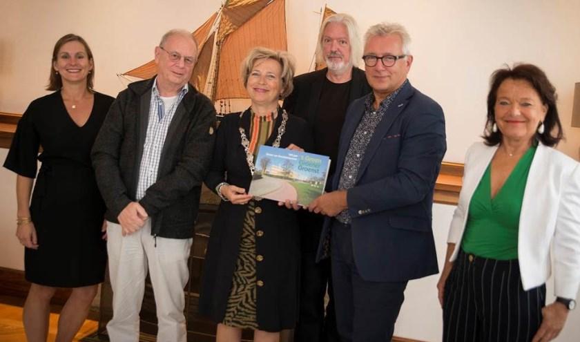 Francine Boerstoel (Lentiz), Adri Reijnhout, burgemeester Annemiek Jetten, Kor Kegel, Harry Chambone en Willy van Bree. (Foto: Richard Kok)