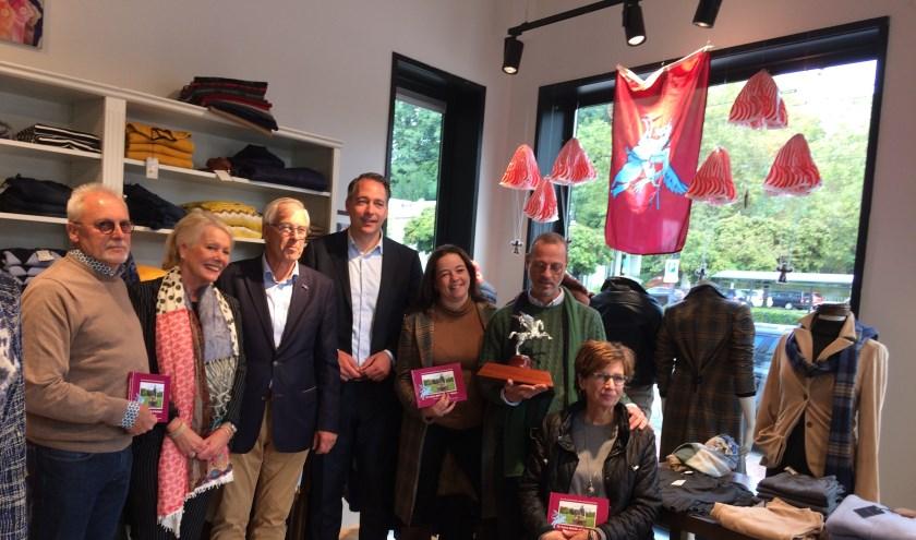vanaf links: Rijks Optiek, Boutique 12, voorzitter SAF, wethouder Jasper Verstand, Steppin' Out, Fashion.