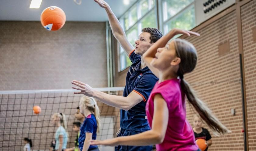 Verschillende topvolleyballers uit het Oranje Heren team brachten donderdag 5 september een bezoek aan een aantal basisscholen in de gemeente Apeldoorn.  (foto Rob Voss)