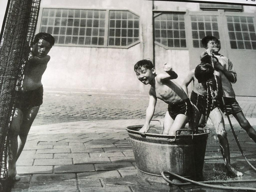 """Met water spelen in Davids kindertijd: """"Als we verstoppertje speelden ging dat ook in het Chinees.""""  © DPG Media"""