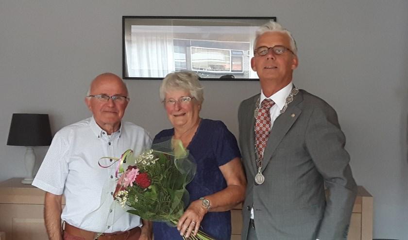 Het bruidspaar kreeg bezoek van de loco-burgemeester.