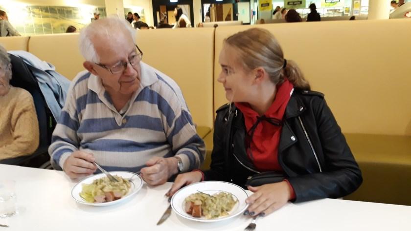 De heer Ten Seldam (89) en student Rowena Gelens (18) aan de 'herdenkingsmaaltijd': blote-billetjes-in-het-gras, een stamppot van witte bonen en snijbonen.