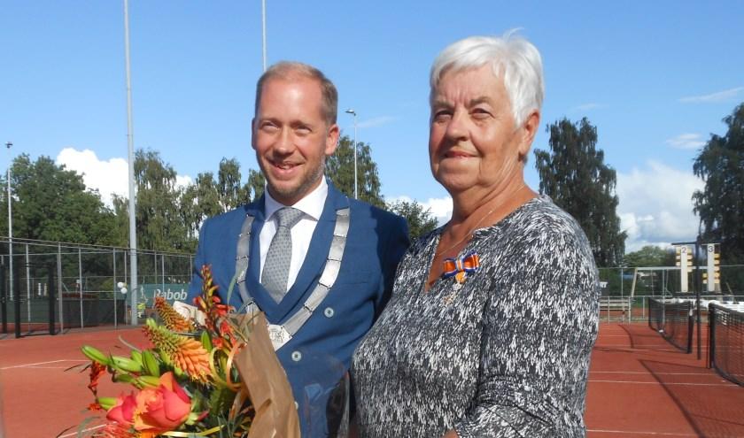 Wil Schouwstra kreeg haar onderscheiding door burgemeester Jan Nathan Rozendaal uitgereikt tijdens de viering van het 50-jarig bestaan van Tennisclub Elburg. (Foto: José Oosthoek)