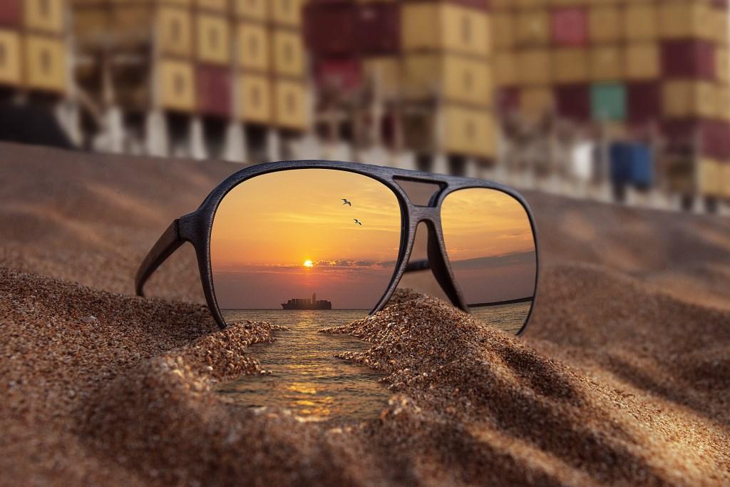Niet zomaar een zonnebril op het strand! Foto: Angelo van der Klift © DPG Media