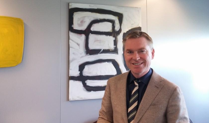 Burgemeester Peter Rehwinkel voor het schilderij van Kees van der Wal dat hij binnenkort meeneemt naar zijn woning in Amsterdam.
