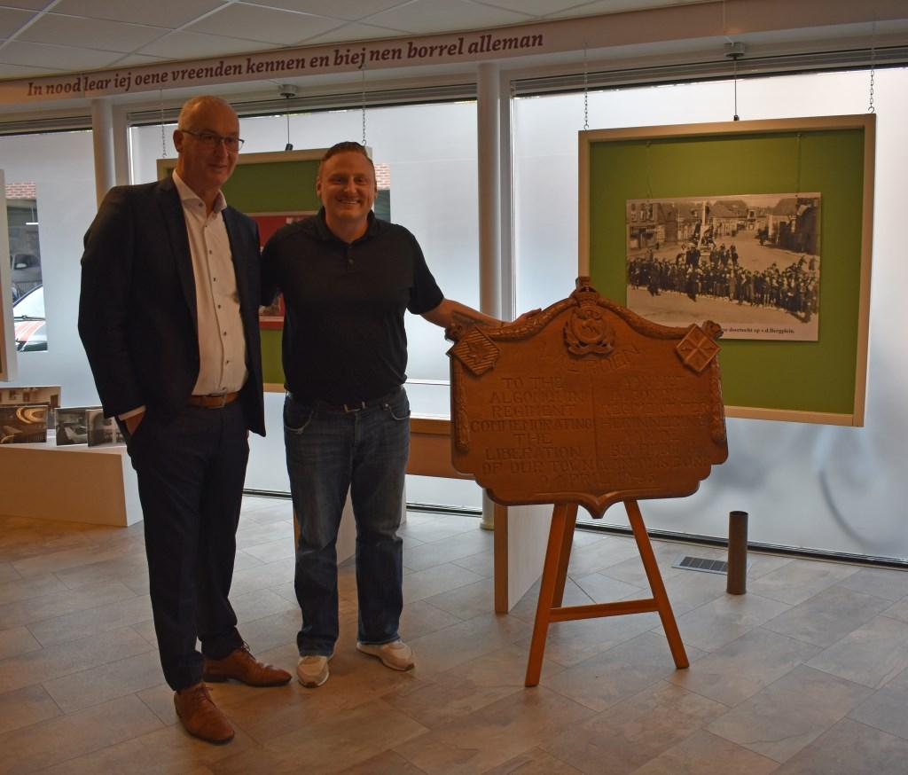 Wethouder Richard Kortenhoeven met Chris Sands. Foto: Jolien van Gaalen / Van Gaalen Media © DPG Media