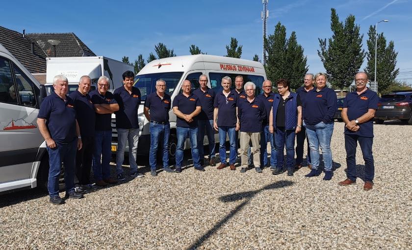 Het team van de Stichting Aangepast Vervoer Plusbus dat dringend op zoek is naar vrijwillige chauffeurs in Duiven en Westervoort.