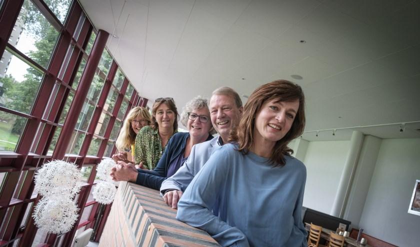 Het nieuwe team, bestaande uit Kyra Wildekamp, Harry Ketelaars en Marjan van Holthe. Daarachter het oude team, Ingeborg Leeftink en Marlou Kursten. (Foto Guy Ackermans)