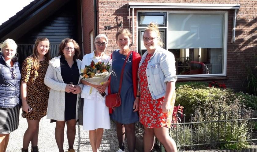 Alie werd door haar collega's bij thuiskomst verrast met bloemen en aardige woorden.