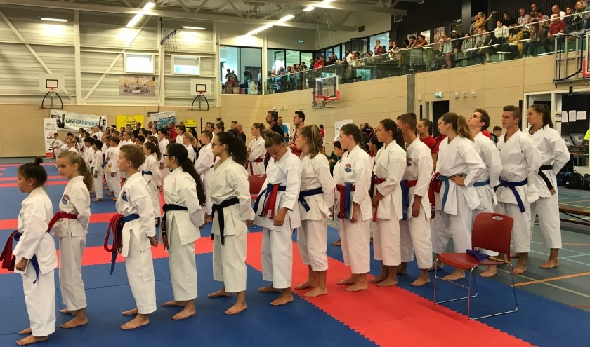 Presentatie van de deelnemende karateka's tijdens de opening van de wedstrijden.
