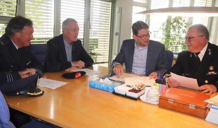 Notaris mr Henk-Jan de Boer van Trium Notarissen met het voltallige bestuur van de nieuwe stichting Veteranen Culemborg, Bart van Gelderen, Cor Jansen en Frans Speijer.