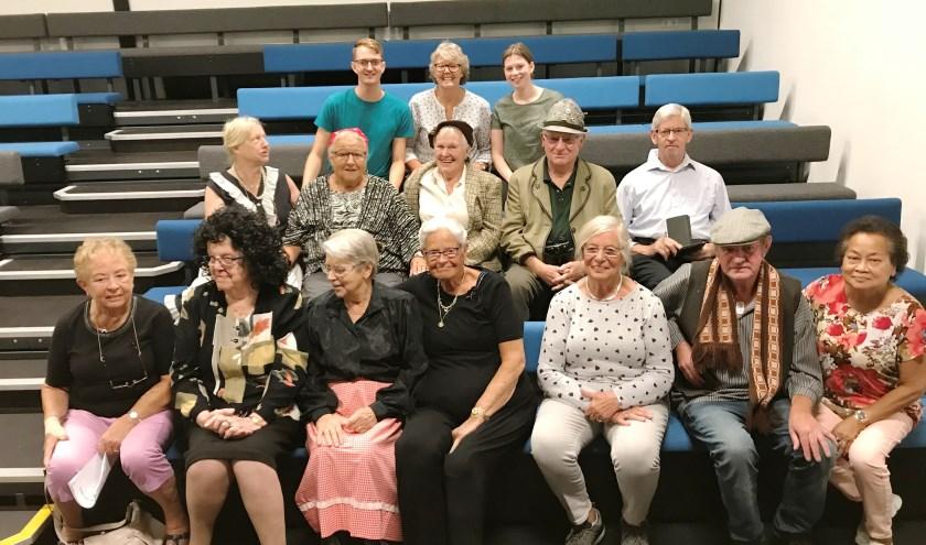 Senioren maken samen met jongeren een voorstelling over het dagelijkse leven tijdens de oorlog. (Foto: Martina Roovers)