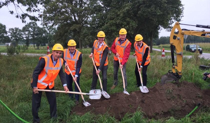 De eerste schop in de grond in Veluwe Oost waarmee de aanleg van glasvezel in het buitengebied officieel is begonnen.