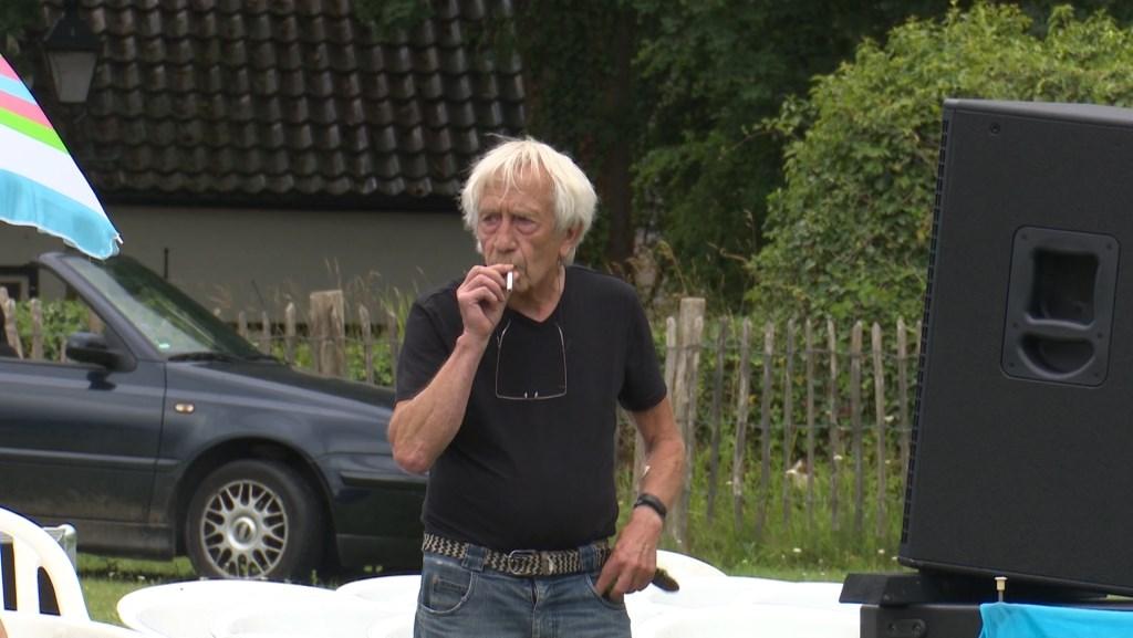 Jan van de Bovenkamp met peuk. (Foto Jos Kruisbergen)  © DPG Media
