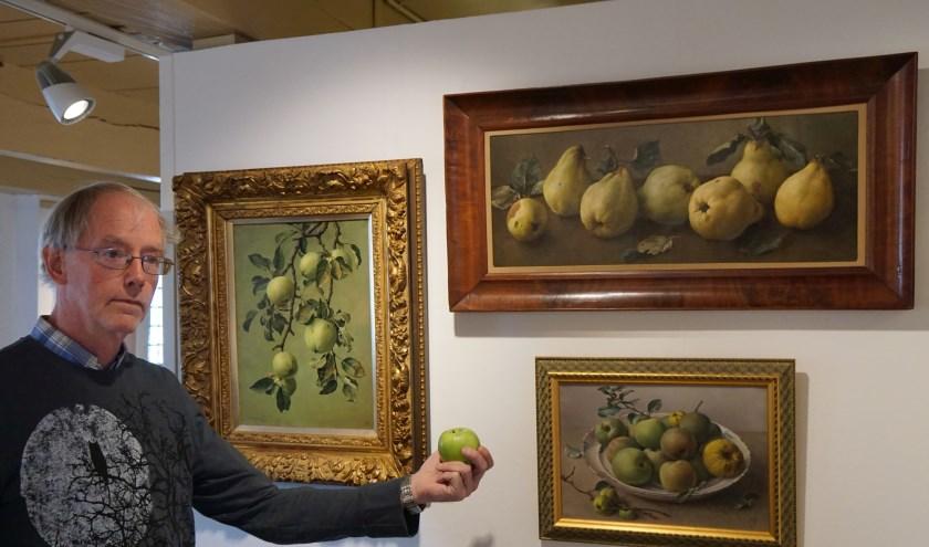 Vrijwilliger Ron Maat bij een drietal 'fruitschilderijen' van Jan Voerman junior.  (foto: Voerman Museum Hattem)
