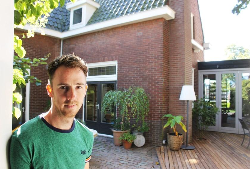 Inwoner Yoeri Schenau bij zijn verduurzaamde woning in Princenhage.