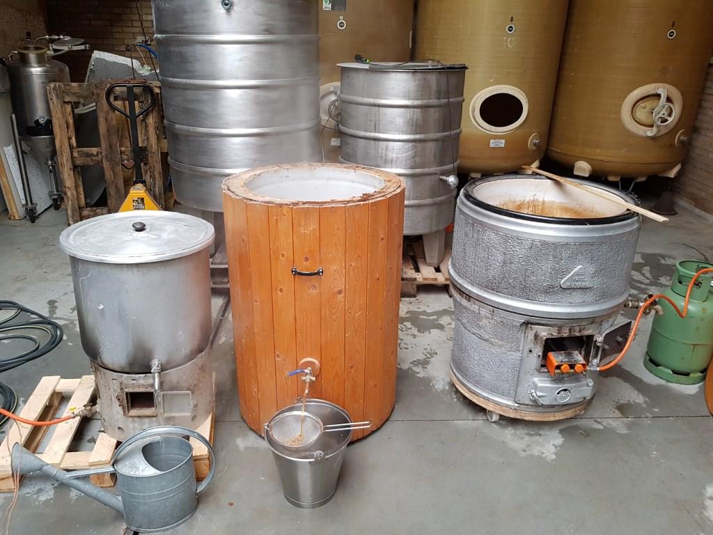 De, hier en daar wat alternatieve, apparatuur die Marc gebruikt bij het brouwen van zijn bieren.  © DPG Media