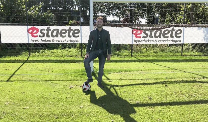 Marcel van Brakel op het veld van ONA'53, de voetbalclub waarvan hij met Estaete hypotheken & verzekeringen hoofdsponsor is geworden.