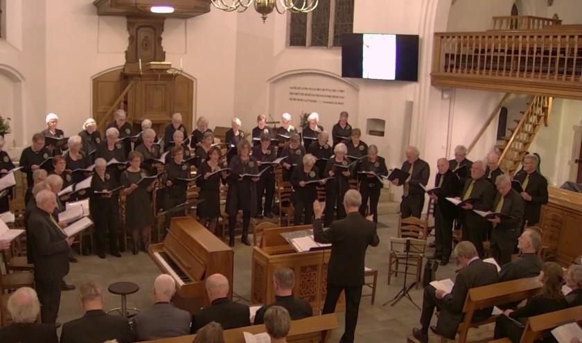 Het koor in actie tijdens een passieconcert. Ze kunnen alle stemmen goed gebruiken, maar doen specifiek een oproep aan alle tenoren en sopranen.