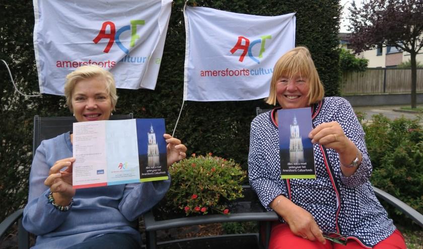 Caro Berghuis (l.) en Mariëtte Christophe, respectievelijk secretaris en bestuurslid van het Amersfoorts Cultuurfonds.