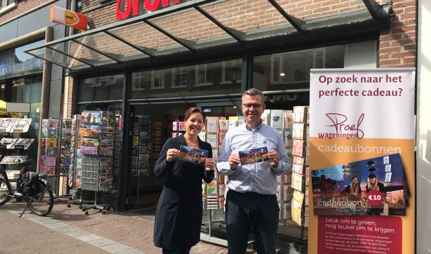 Centrummanagers Ilonne Bongers en Robert Frijlink zijn blij met het succes van de Proef Wageningen cadeaubon, die nu ook bij Bruna Wageningen verkrijgbaar is.