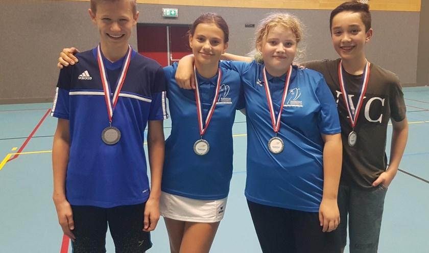Het succesvolle jeugdteam badmintonners dat de zilveren medaille won tijdens het Nederlands Kampioenschap. (Foto: Eigen foto)