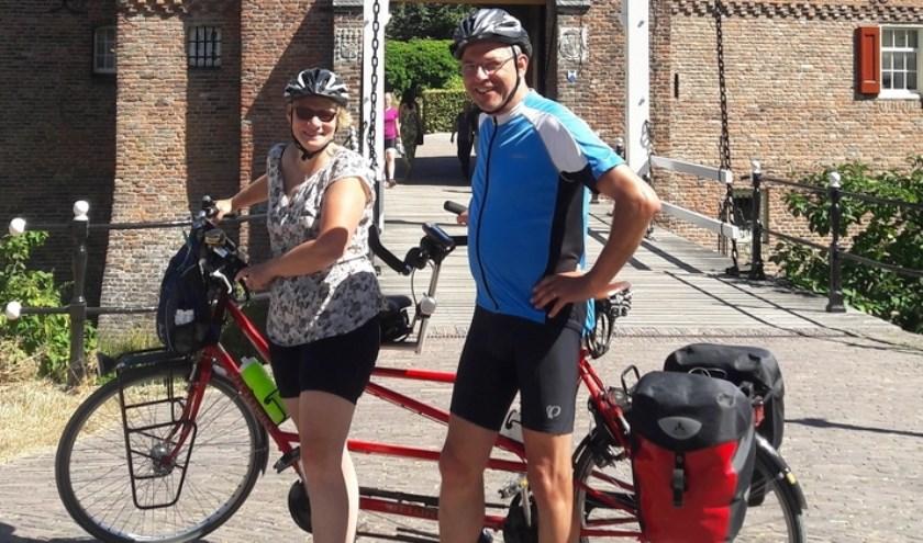 Gerda en John met de tandem waarmee ze hun tocht gaan fietsen.