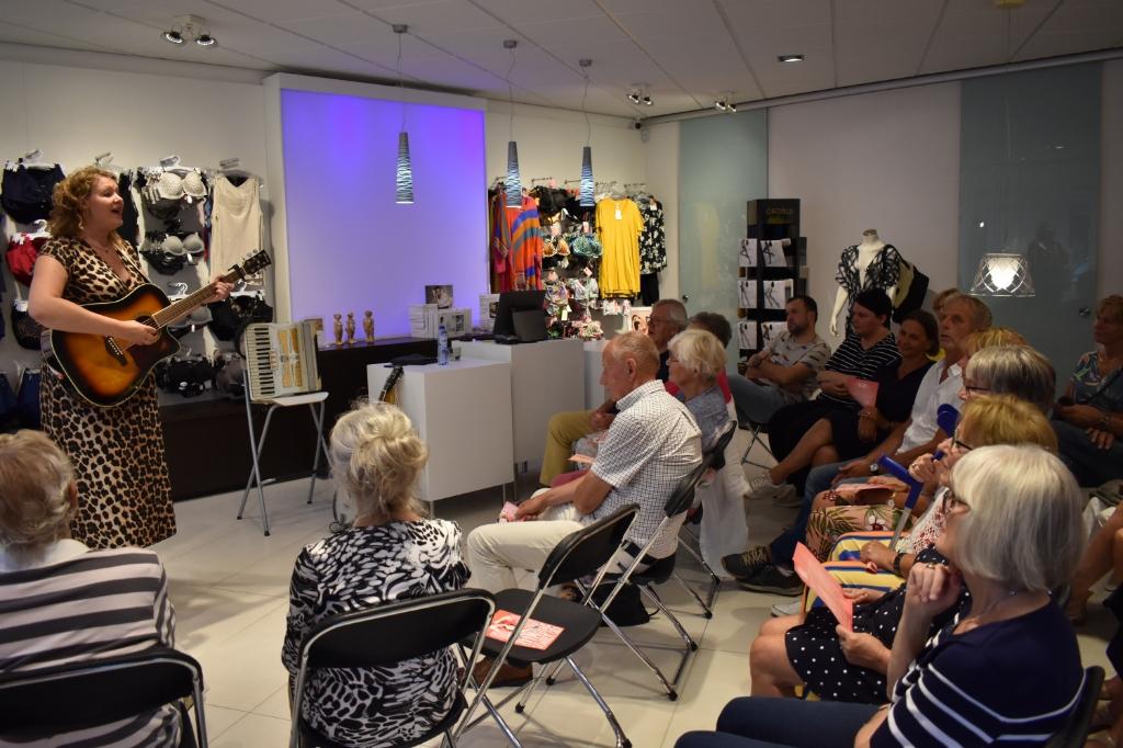 Voor het winkelcabaretfestival WEIRD wordt voorlopig nog geen actie ondernomen. Kiki Schippers treedt op bij Finezze Lingerie bij de editie in 2019.  (Foto: Van Gaalen Media) Foto: Jolien van Gaalen © DPG Media