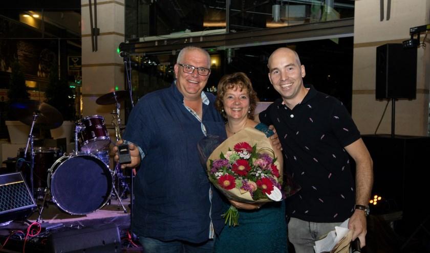 V.l.n.r:: Gerrit van Eck, Ester America en voorzitter Jean-Paul van den Tillaar van de winkeliersvereniging Citycentrum. FOTO: Foto Creteer.