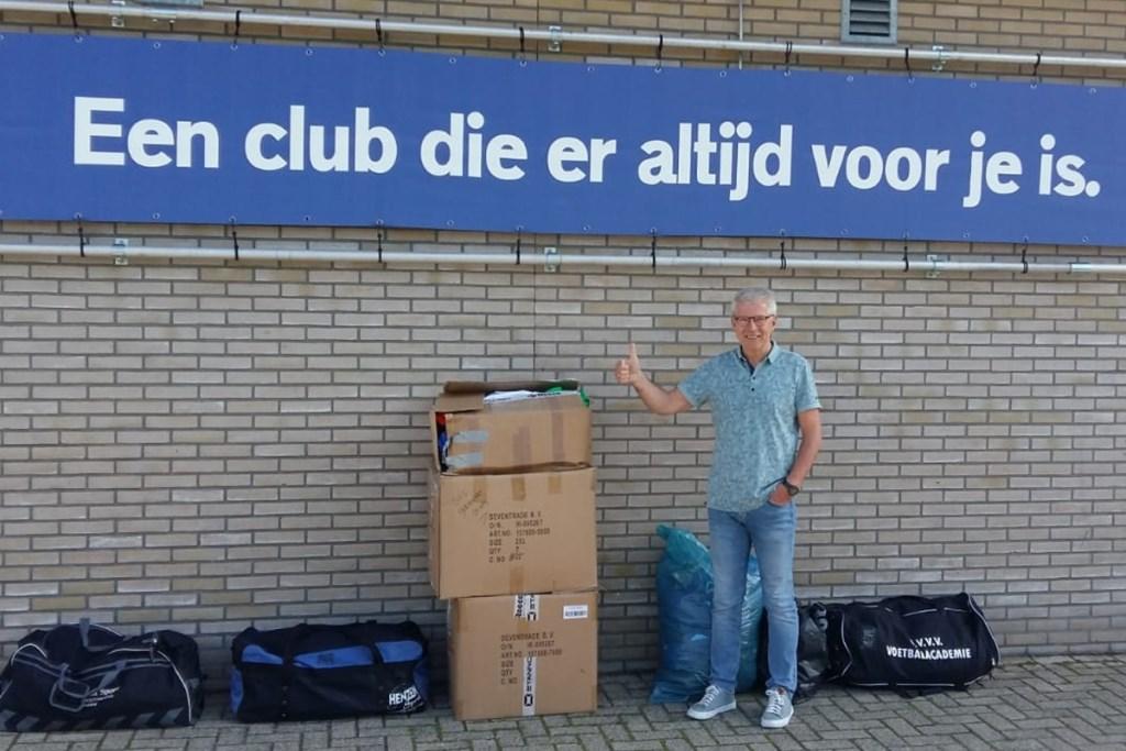 Bestuurslid Loek Budding met alle aangeboden kleding.  © DPG Media
