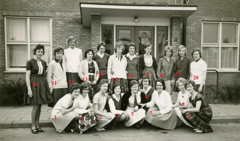 Meisjes die de V.O.C. opleiding volgden bij Smits. Wie weet wie het zijn?