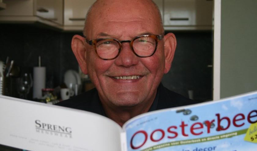 Egbert Sloet met het op èèn na laatste nummer van Oosterbeek Beleeft. Foto: Kees Jansen