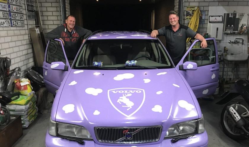 (Ome) Frits van Heel en neef Leroy Kooistra tonen trots hun 'Milka-Rammelbak' voor de aanstaande ralley.