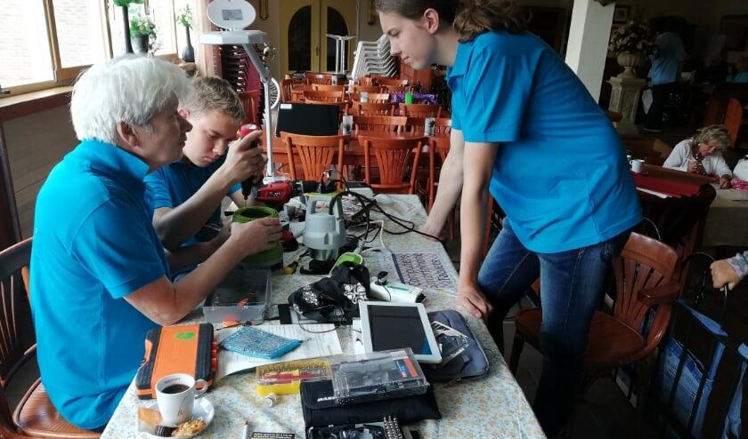<p>Bij het repaircafé helpen de vrijwilligers u graag met allerhande reparaties. FOTO: PR</p>