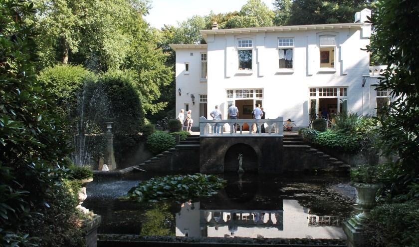 Achter Villa Sanoer strekt zich een weidse lusthof uit, waar de tientallen bezoekers van Open Monumentedag ontspannen konden flaneren. foto: Mark Vogt