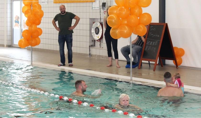 Marjolein Makkink zwom tegen ALS in De Hooghe Waerd en leverde met 60 andere deelnemers - met beperking - een topprestatie. En een prachtige opbrengst tegen de ziekte ALS. (Foto: Lysette Verwegen)
